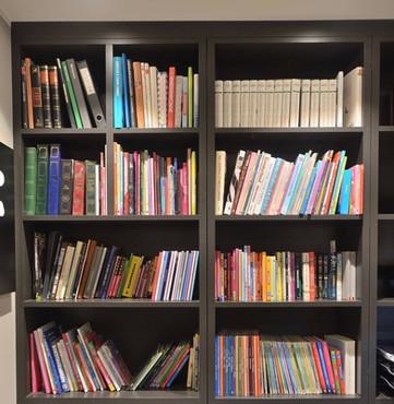 Godt med plass til bøker og permer