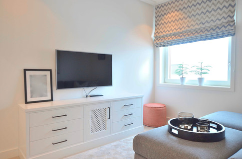 Stilren TV stue med liftgardin laget av Sirocco Design