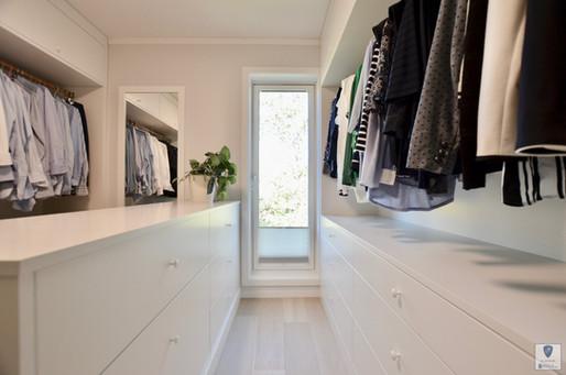 Walk in Closet med åpne heng, slette fronter i malt MDF farge S 0500-N Klassisk hvit