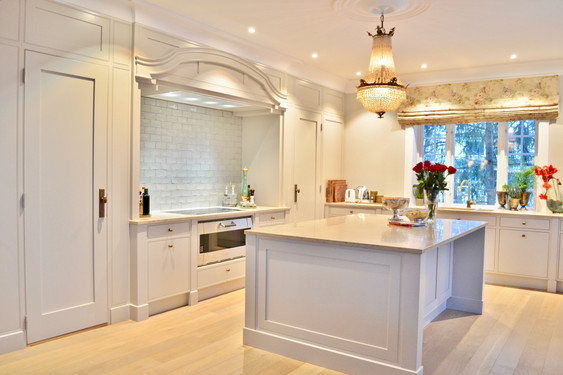 Lyst og trivelig kjøkken. Legg merke til døren på venstre side som er inngang til kjølerommet