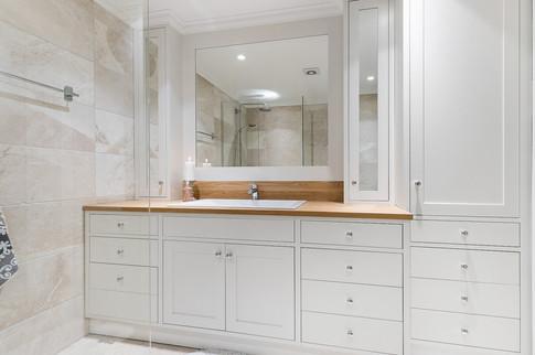 Lys grå baderomsinnreding i Slett⎮Basic⎮InFrame og tilpasset speil med ramme