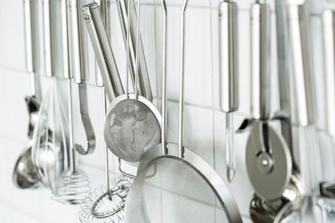 kjøkkenredskaper hengende inne i gruen er både dekorativt og praktisk
