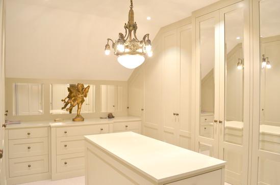 Praktiske og lekre fasettslipte speil i både vegg og dører
