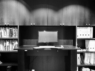 Et lite kontormiljø med hev og senk bord