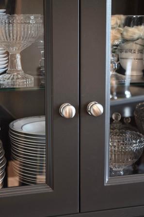 Dører i sortmalt heltre eik og runde knotter i rustfri look fra Nibu