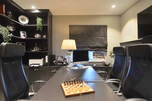 Aktivitetsrom og hjemmekontor med stort bord og flere sitteplasser for hele familien