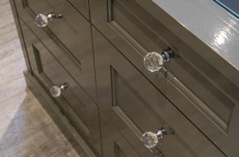 Design detaljer fra garderobe øy med skuffer - Knotter i glass