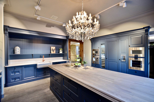 På toppen av kjøkkenøyen er det en profilert 60mm benkeplate i massiv eik som er behandlet med Osmo Hardvoksolje