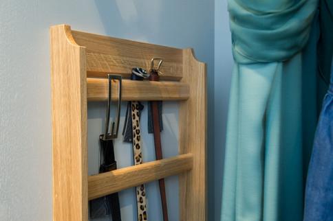 Stilfull belteholder i eik montert inne i garderobeskapet