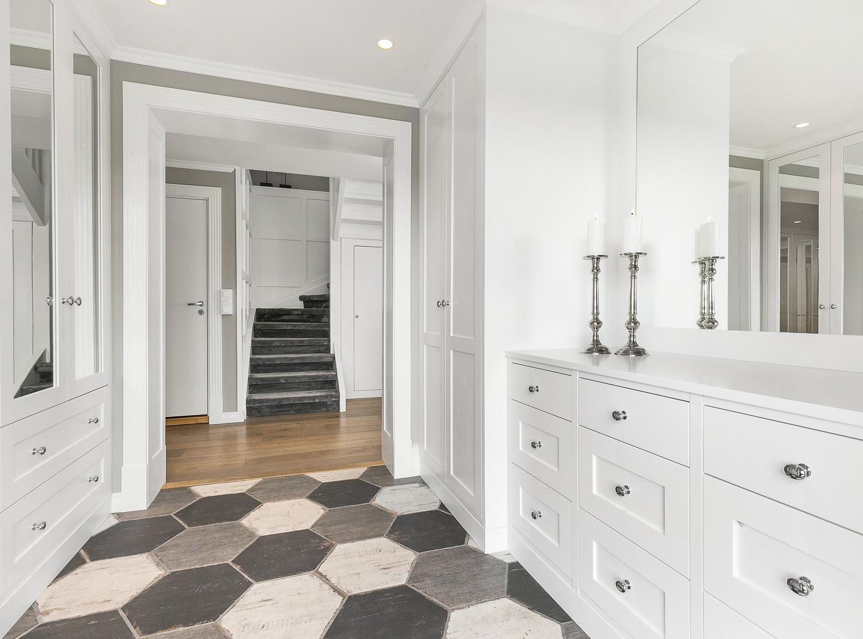 Garderobe i ytter og innergang med speildører