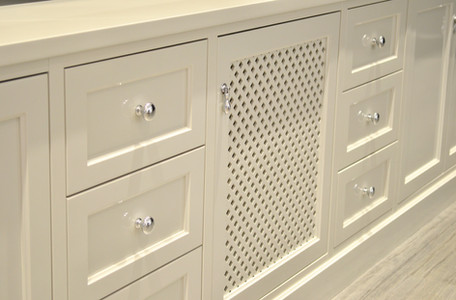 TV benk i bokhylle med praktiske skuffer og skap til dekoder