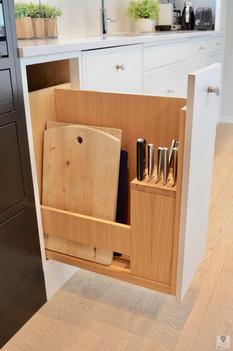 Uttrekk med knivblokk og plass til skjærebrett, fat og håndkleholder
