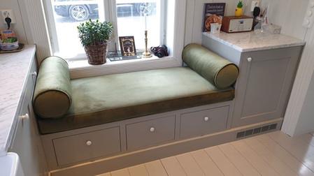 Artig sittebenk på kjøkken - fin måte å utnytte plassen under et lavt vindu