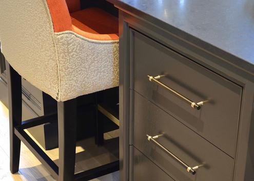 Kjøkkenøy med sitteplasser og artige stoler i oransje og hvit