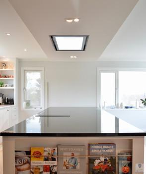 Magasin- og bokholder på kjøkkenøy med benkeplate i polert 30mm sort stein