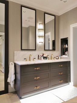 2 smale speil over benk med sentrert vegglampe i stilriktig design