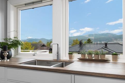 Flott utsikt fra dette kjøkkenet. Kran med kokende vann fra Quooker. Benkeplate i massiv eik behandlet med osmo hardvoksoljer