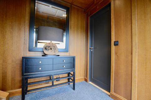 Kommode i sortmalt eikefinér designet av Gustavian AS. Bronsjespeil med ramme i sort. Vegger og tak i antikk eik