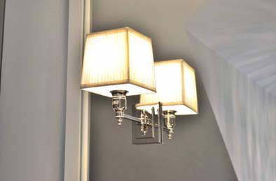 Dekorative lamper montert på speil