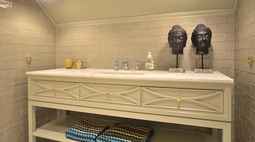 Spennende matte malte overflater og glaserte fliser i matchende farger mot hvit marmor benkeplate
