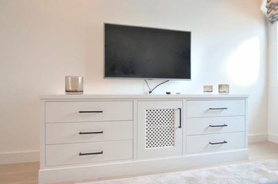 TV benk i klassisk hvit med håndtak i antikk bronse