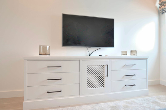 TV benk i klassisk hvit