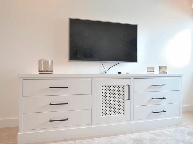 TV benk i klassisk hvit og antikk bronse
