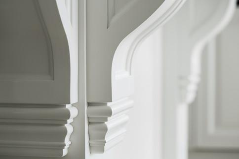 Detaljer fra de profilerte hylleknektene på kjøkken øy i herregård stil