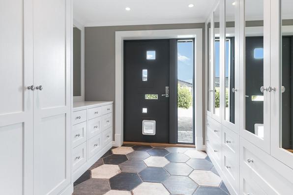 Garderobe i yttergang med speildører og fronter i Slett⎮Basic kombinasjon