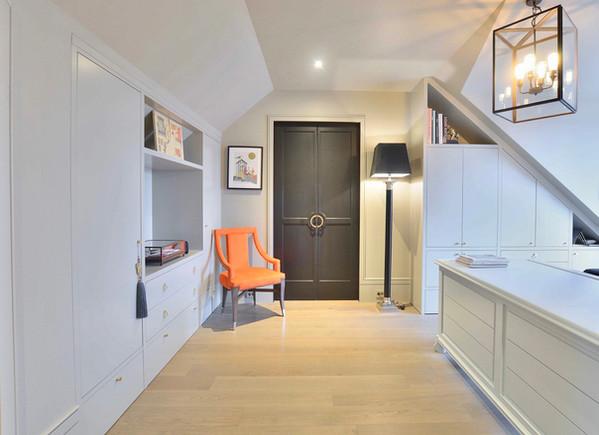 Lyst hjemmekontor i toppetasje med stort skrivebord og oppbevaring