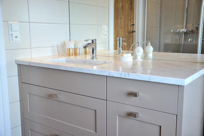 Bianco Carrara marmor benkeplate med hvit underlimt Miky 50 vask og EVO 70 kran
