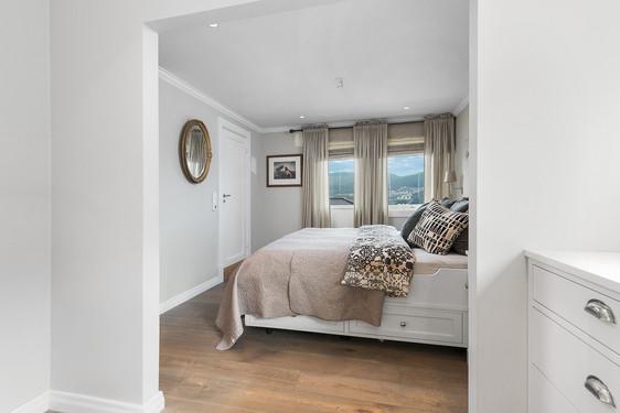 Garderoberommet er tilknyttet soverommet i åpen løsning