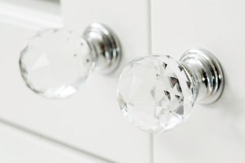 Glassknotter fra bergersen beslag gir et eksklusivt uttrykk på seksjonen som vender mot spisestuen