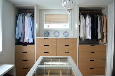 Spesialtilpasset Walk in garderobe i lys grå utførelse