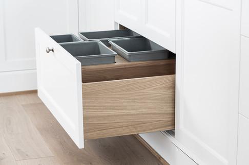 Avfall sortering med plass til såper og oppvask utstyr i dyp treskuff på dette flotte kjøkkenet