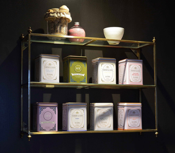 Artige åpen hylle med bokser til Te og kaffe