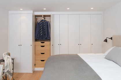 Garderobeinnredning med ut og inn heng og grunnere skuffer tilpasset rommets størrelse