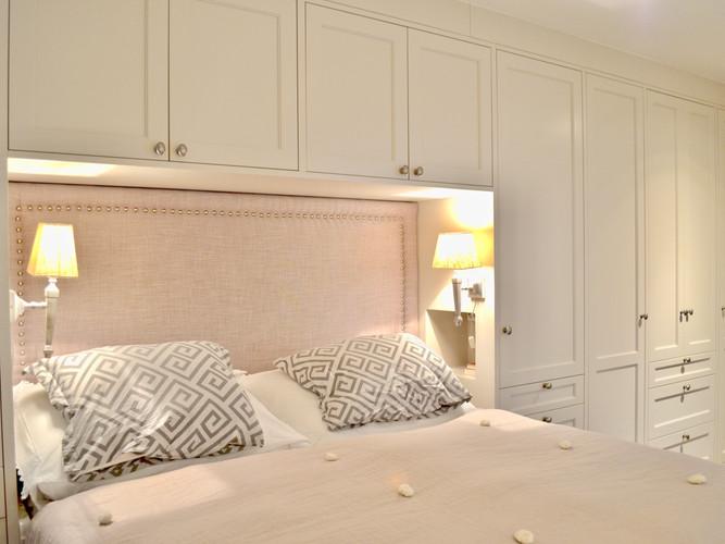"""Garderobe og seng med innebygget TV i lys grå og """"dusty lilla"""""""