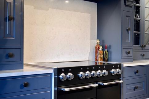 Kjøkkenet har fått en frittstående komfyr med dobbel stekeovn og induksjonstopp fra Falcon levert av Falcon Norge