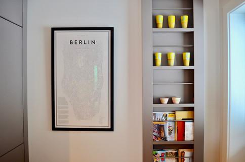 Stilren magasinholder på vegg blir en flott detalj på kjøkkenet