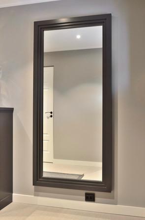 Speil med kraftig ramme i samme farge som kommoden