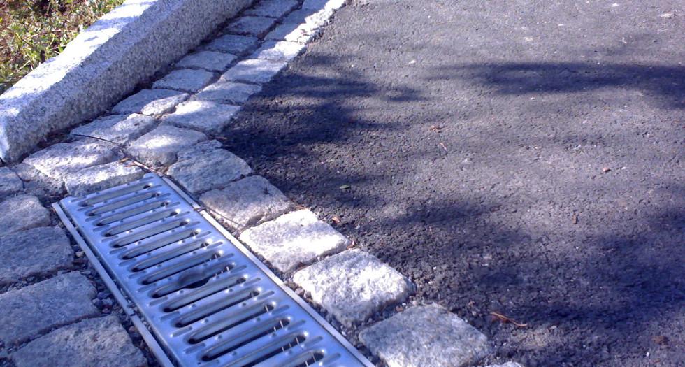 Avgrensing mot asfalt og Aco-drain.jpg
