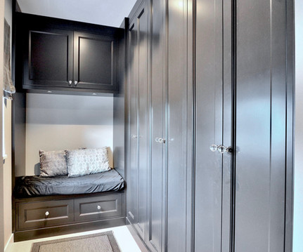Garderobe tilpasset langveggen i en gang med begrenset plass. En hyggelig sittebenk med overlys og oppbevaring på endeveggen