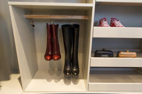 Uttrekkbare skohyller og praktisk oppheng til støvletter i garderobeinnredningen