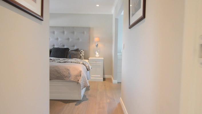 Video av soverom med seng og nattbord - tilknyttet garderoberom