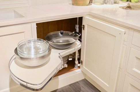 Praktisk Lemans hjørneskaps uttrekk til kjeler og panner utnytter plassen på dette kjøkkenet maksimalt