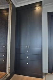 En enkel men praktisk garderobe rett ved inngangsdøren til å henge fra seg yttertøy i det daglige