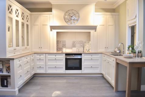 Klassiske trekk på dette Adel kjøkkenet med en romslig kjøkken grue i senter. benkeplater i eik behandlet med Osmo oljevoks