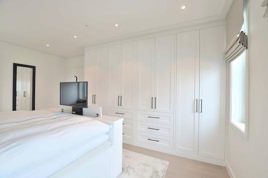 Nedsenkbar TV og romslig garderobe