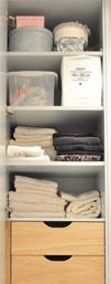Garderobeskap med innvendige hyller i vaskerommets farge